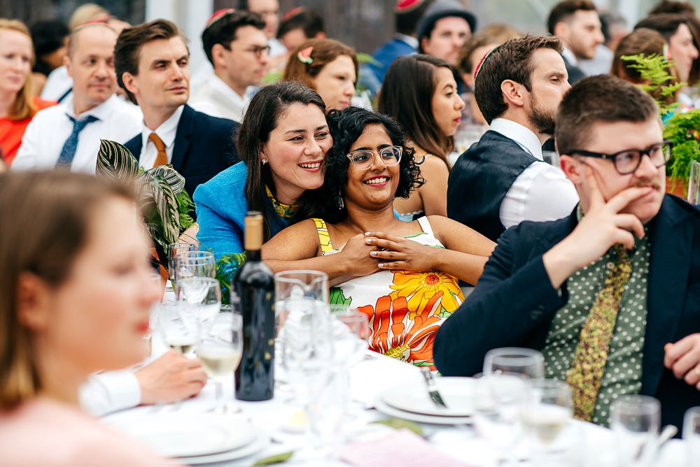 trendy-wedding-guests-laugh-together-jewish-wedding-colourful-wedding