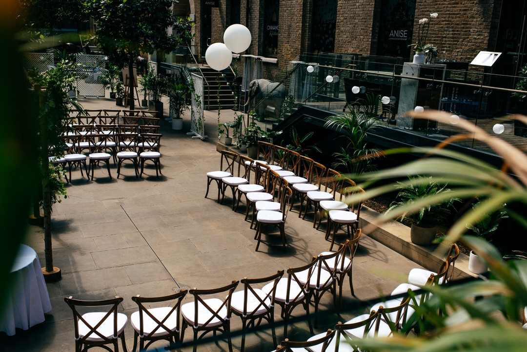 wilma-event-design-wedding-arrangement-devonshire-terrace-white-balloons