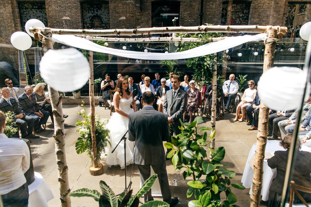 rabbi-performs-wedding-ceremony-jewish-wedding-london